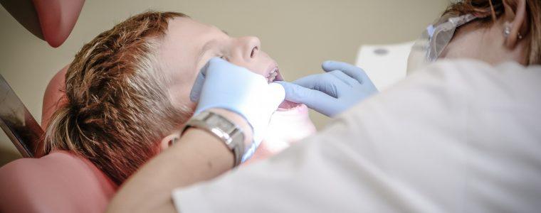 Metody wybielania zębów u stomatologa – z jakiej skorzystać?